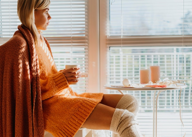 Kobieta Siedzi Przy Stole Z Filiżanką Herbaty Darmowe Zdjęcia
