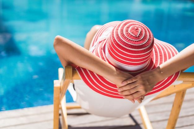 Kobieta Siedzi W Krześle Relaksuje W Lecie Premium Zdjęcia