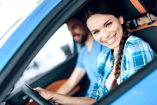 Kobieta siedzi za kierownicą nowego samochodu. Premium Zdjęcia