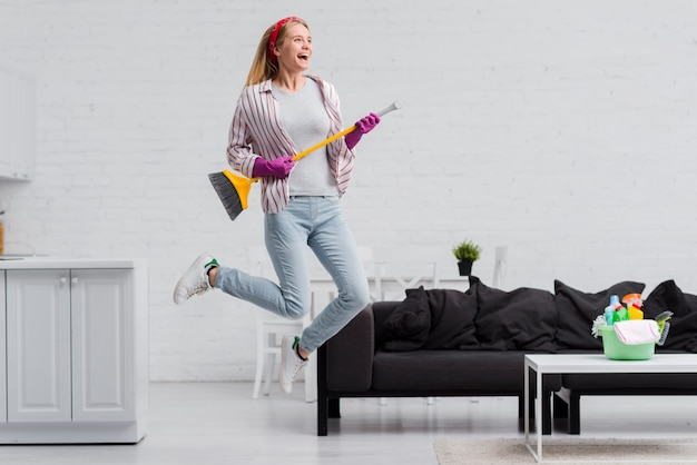 Kobieta Skacze W Domu Z Muśnięciem Premium Zdjęcia