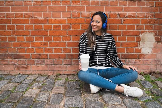 Kobieta Słucha Muzyka Z Filiżanką Kawy. Darmowe Zdjęcia