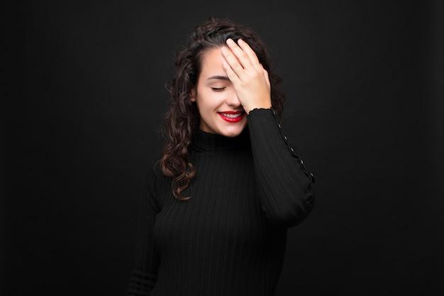 Kobieta śmieje Się I Bije Się W Czoło Premium Zdjęcia