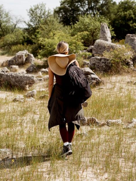 Kobieta Spaceru W Przyrodzie Premium Zdjęcia