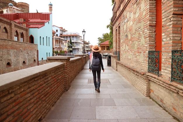 Kobieta Spacerująca Po Pięknym Starym Mieście W Tbilisi Premium Zdjęcia