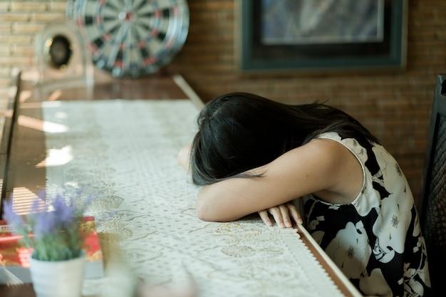 Kobieta śpi Na Stole, Czuje Się Chory, Dama Chora, Ból Dziewczyny Premium Zdjęcia