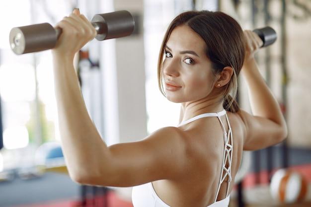 Kobieta Sportowy Trening W Siłowni Rano Darmowe Zdjęcia