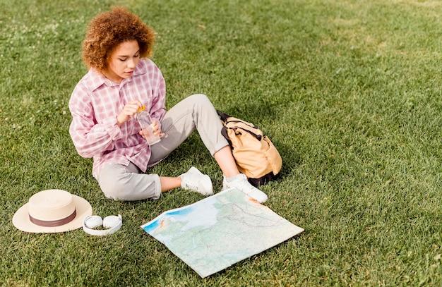 Kobieta Sprawdza Mapę Swojego Nowego Celu Podróży Darmowe Zdjęcia