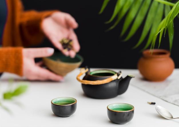 Kobieta Stawiając Zioła W Herbacie Darmowe Zdjęcia