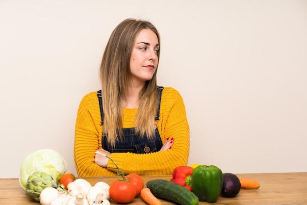 Kobieta Stoi Dużo I Myśleć Pomysł Z Udziałami Warzywa Premium Zdjęcia