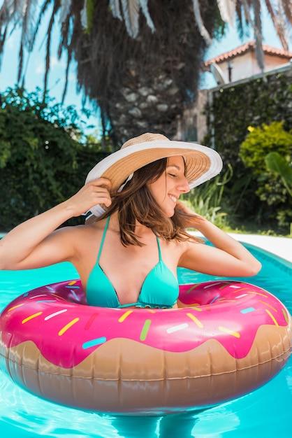 Kobieta stoi w basenie w gumowym pierścieniu Darmowe Zdjęcia