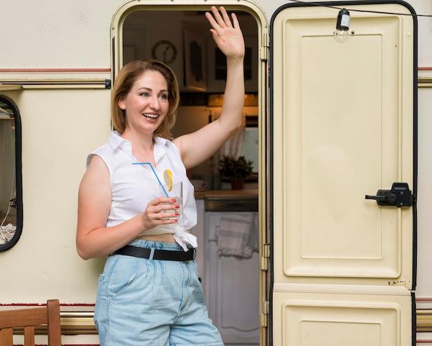 Kobieta Stojąca Trzymając Szklankę Lemoniady Darmowe Zdjęcia