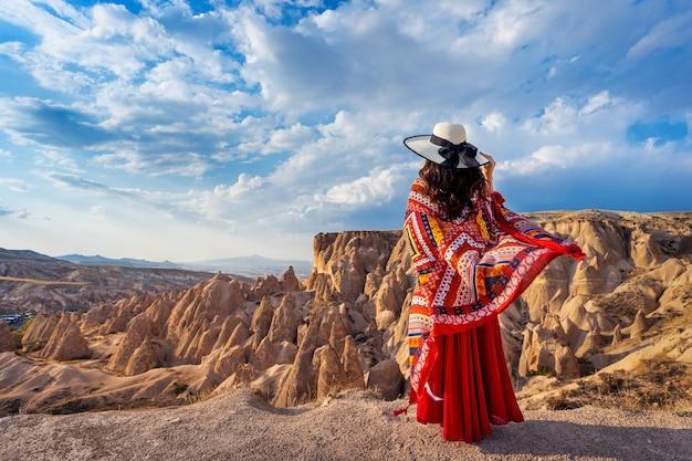 Kobieta Stojąca W Górach W Kapadocji, Turcja. Darmowe Zdjęcia