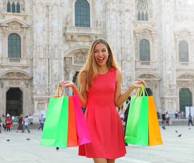 Kobieta Stojąca Z Kolorowych Toreb Na Zakupy W Mediolanie We Włoszech Premium Zdjęcia