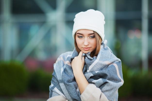 Kobieta Stres Piękna Smutna Zdesperowana Kobieta W Płaszcz Zimowy Cierpi Na Depresję Premium Zdjęcia