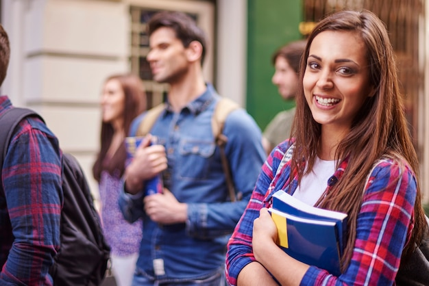 Kobieta Studentka Trzymając Jej Książki Darmowe Zdjęcia