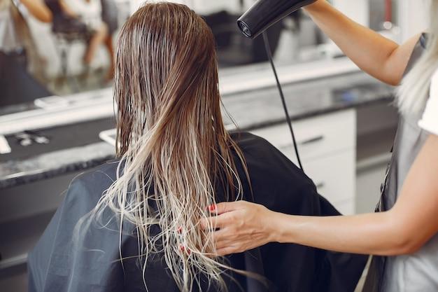 Kobieta suszenia włosów w hairsalon Darmowe Zdjęcia