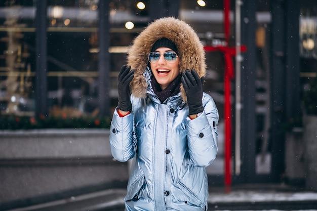 Kobieta szczęśliwa w niebieskiej marynarce Darmowe Zdjęcia