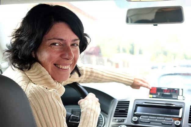 Kobieta taksówkarz Premium Zdjęcia