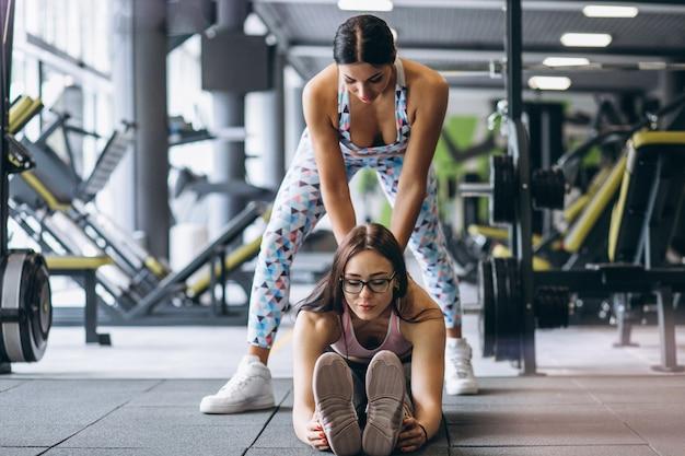 Kobieta treningu na siłowni z trenerem fitness kobiet Darmowe Zdjęcia