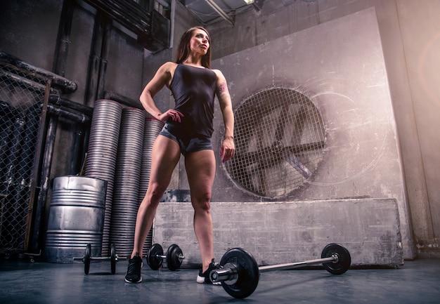 Kobieta Treningu W Siłowni Premium Zdjęcia
