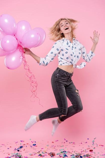 Kobieta Trzyma Balony I Skoki Darmowe Zdjęcia