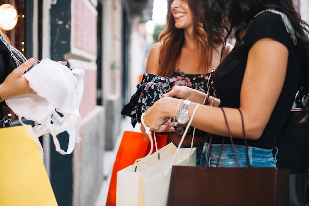 Kobieta trzyma biustonosz Darmowe Zdjęcia