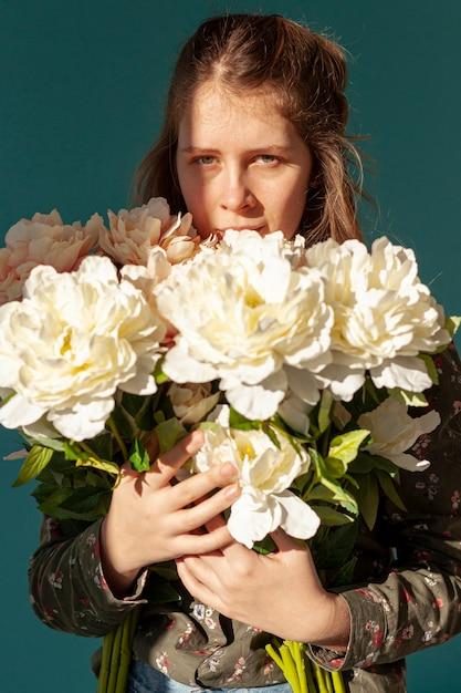 Kobieta Trzyma Bukiet Kwiatów Darmowe Zdjęcia