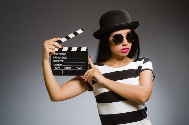 Kobieta trzyma chalkboard Premium Zdjęcia