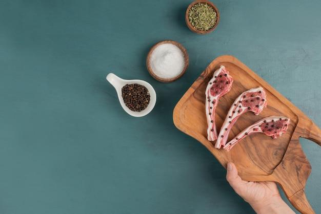 Kobieta Trzyma Deskę Kawałków Surowego Mięsa. Darmowe Zdjęcia