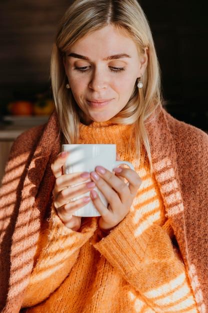 Kobieta Trzyma Filiżankę Herbaty Darmowe Zdjęcia
