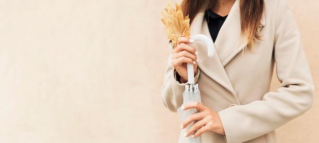Kobieta Trzyma Jesienny Liść Z Miejsca Na Kopię Darmowe Zdjęcia