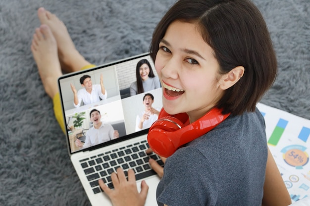 Kobieta Trzyma Kawę Używać Komputer Premium Zdjęcia
