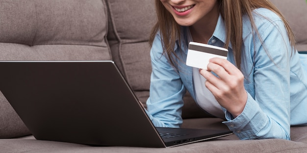 Kobieta Trzyma Laptopa I Karty Kredytowej Widok Z Przodu Darmowe Zdjęcia