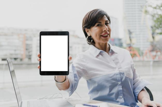 Kobieta trzyma makieta tabletu Darmowe Zdjęcia