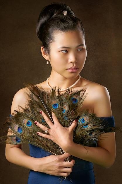 Kobieta Trzyma Pawie Pióra Darmowe Zdjęcia