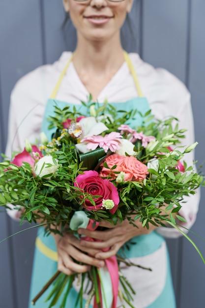 Kobieta Trzyma Pięknego Kwiatu Bukiet Premium Zdjęcia