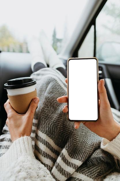 Kobieta Trzyma Pusty Telefon I Filiżankę Kawy Darmowe Zdjęcia