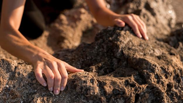 Kobieta Trzyma Ręce W Ziemi Darmowe Zdjęcia