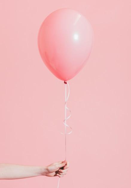 Kobieta trzyma różowego balon Darmowe Zdjęcia