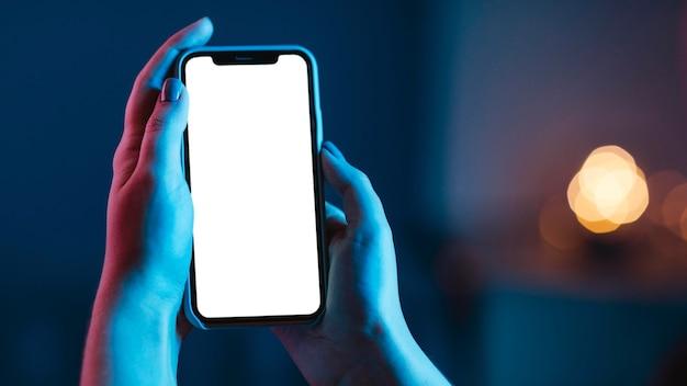 Kobieta Trzyma Smartfon W Rękach Darmowe Zdjęcia