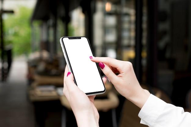Kobieta Trzyma Smartphone Premium Zdjęcia