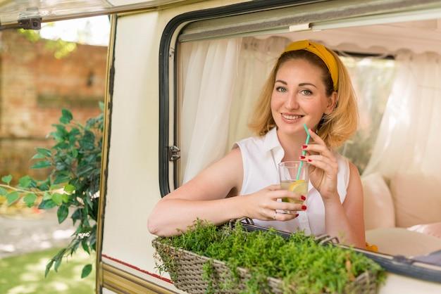 Kobieta Trzyma Szklankę Lemoniady W Przyczepie Kempingowej Darmowe Zdjęcia