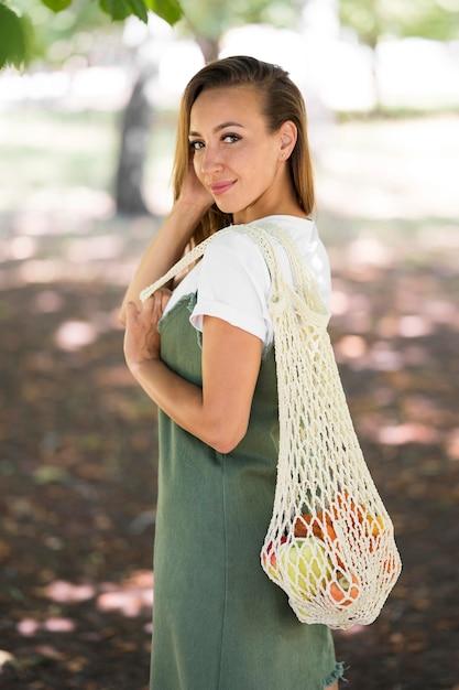 Kobieta Trzyma Torbę Ekologiczną Premium Zdjęcia