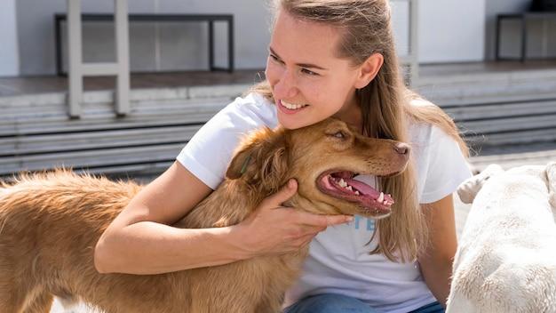 Kobieta Trzyma Uroczego Psa W Schronisku Darmowe Zdjęcia