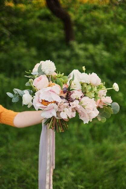 Kobieta Trzyma W Dłoni Piękny Bukiet ślubny Premium Zdjęcia