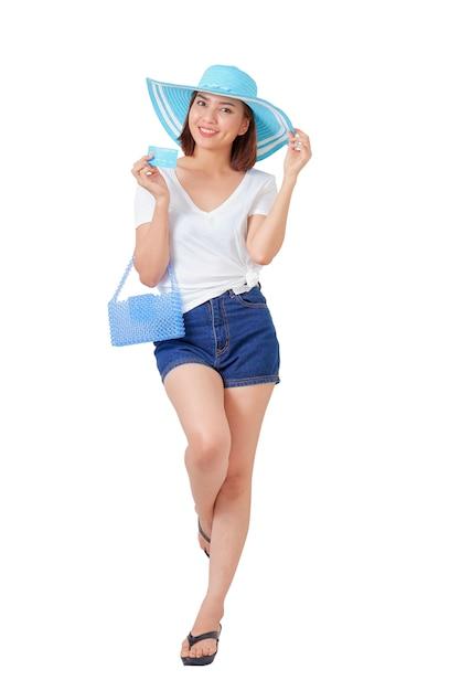 Kobieta trzyma wakacje letnie karty kredytowej Premium Zdjęcia