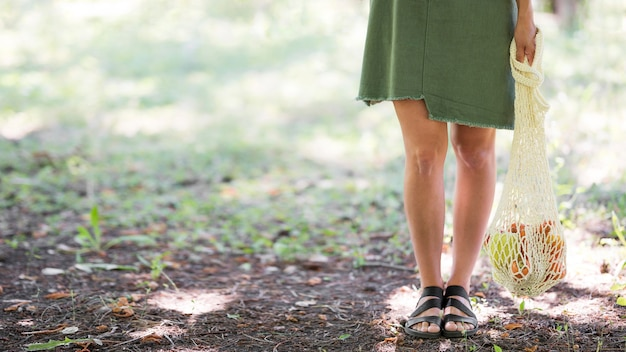 Kobieta Trzyma Worek Do Recyklingu Z Miejsca Na Kopię Premium Zdjęcia