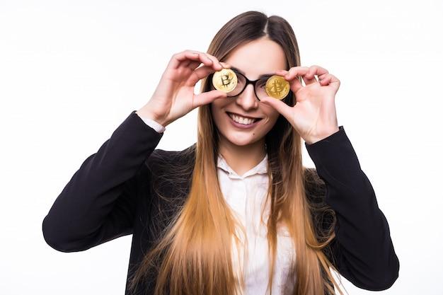 Kobieta Trzymająca Przed Oczami Fizyczną Kryptowalutę Monety Bitcoin Darmowe Zdjęcia