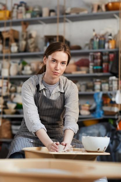 Kobieta Tworzy Wazę Na Ceramicznym Kole Premium Zdjęcia