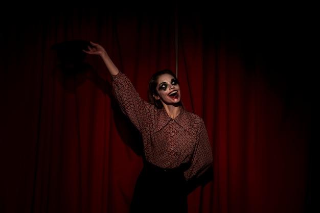 Kobieta ubrana jak klaun pozdrawia publiczność Darmowe Zdjęcia